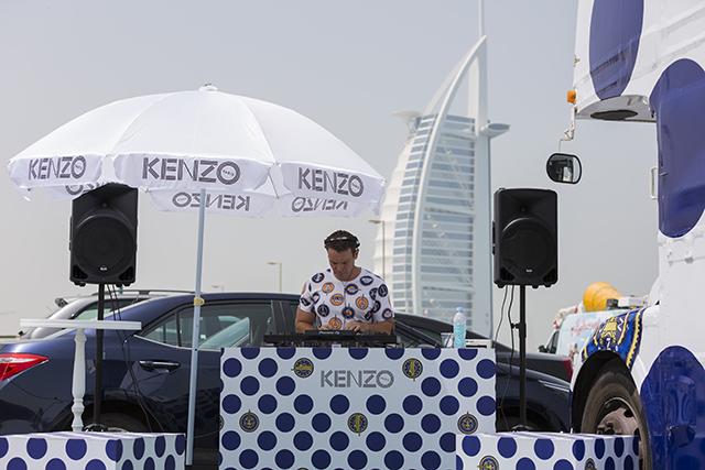 متجر أزياء متنقل للعلامة التجارية كينزو في دبي
