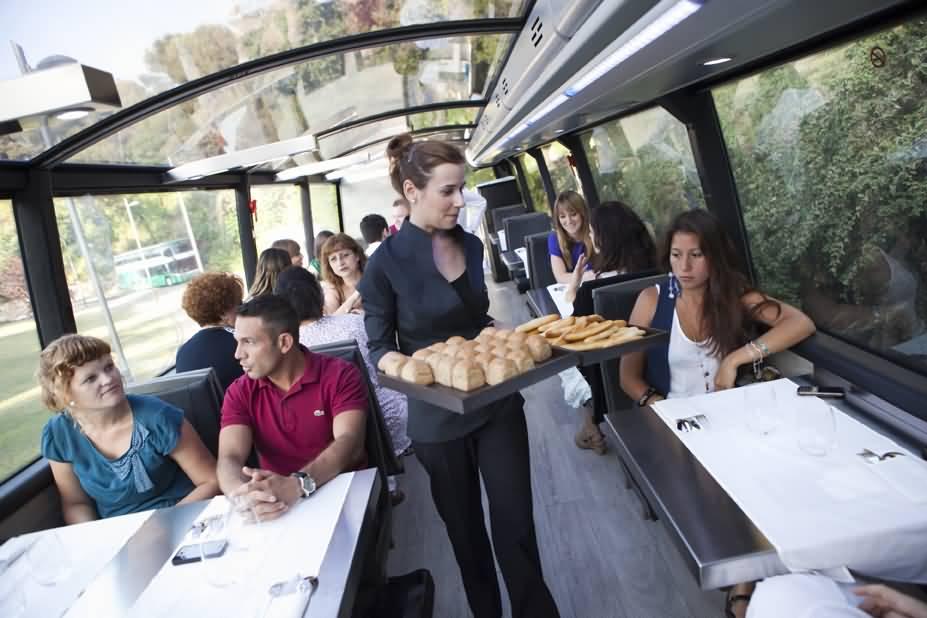 GOURMET BUS ثالث مطعم متنقل في الإمارات