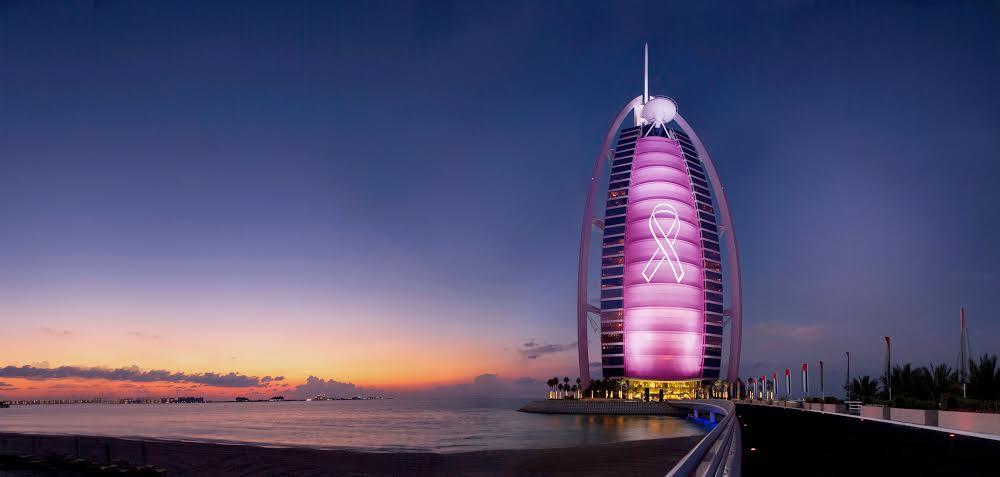 فندق برج العرب جميرا يزدان باللون الوردي في شهر التوعية بسرطان الثدي