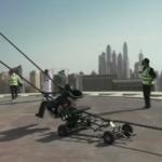 بالفيديو .. إطلاق شخص من مقلاع على سطح أحد الأبراج في دبي