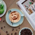 مطعم توب أوف بتر يقدم أكواب قهوة مرسوم عليها وجوه مشاهير