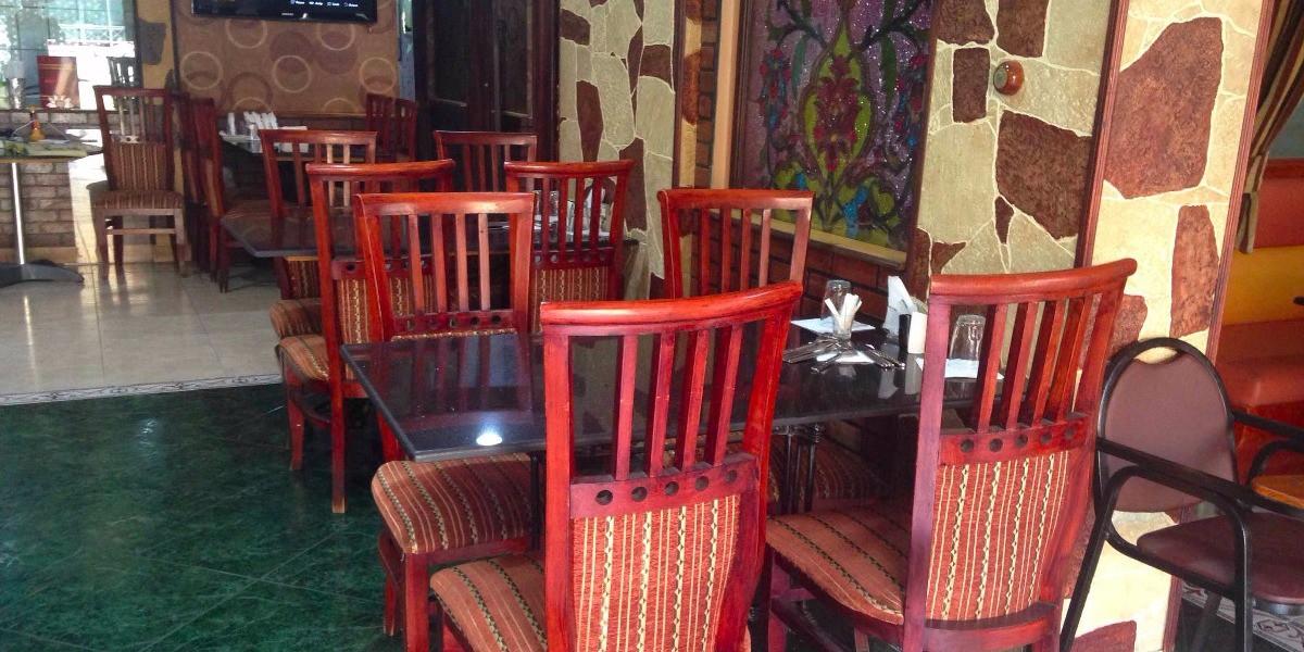 مطعم الطاولة الحمراء
